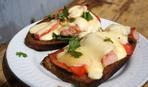 Горячие бутерброды с колбасой, помидорами и сыром