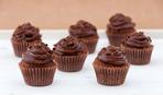 Темные маффины в шоколадной глазури