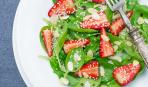 Весенний фитнес-салат со шпинатом и клубникой
