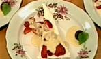Творожный десерт под сливочно-медовым соусом