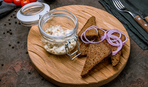 Закуска на все случаи жизни: бутерброд с селедочным маслом