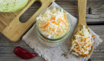 Запас на зиму: квашеная капуста с морковью и яблоками