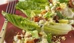 Легкий салат ромен с беконом и яйцами