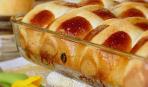 Сдобные пряные булочки с изюмом