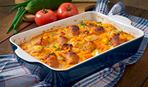 Картофельная запеканка с колбасками и шпинатом