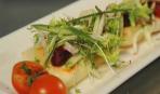 Козий сыр с клюквенным соусом и зеленью