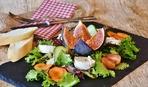 Козий сыр с клюквенным соусом и зеленью - изысканная греческая закуска