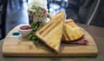 Легкий завтрак: сэндвич с ветчиной
