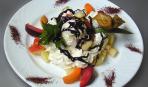 Фруктовый салат с орехами под шоколадным соусом