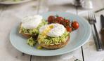 Вкусный и полезный завтрак:  злаковый тост с авокадо и яйцами
