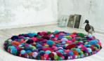 Мягкое чудо: пушистый коврик для ванной из помпонов
