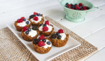 Новогодний десерт: чашечки из йогурта без выпечки (видео)