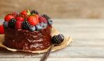 Десерт дня: бисквит со сметано-творожным муссом и ягодами