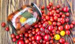 Дачные заготовки: засолка помидоров с яблоками