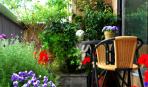Цветочный рай: 10 идей оформления балкона и крыльца