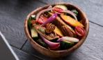 Летний салат с запеченными персиками и курицей