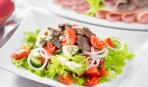 Салат с говяжьей вырезкой, горчицей и сыром
