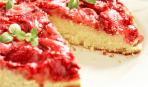 Пирог с творожной начинкой и клубникой