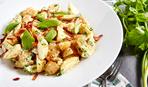 Как приготовить популярный салат из молодого картофеля (видео)